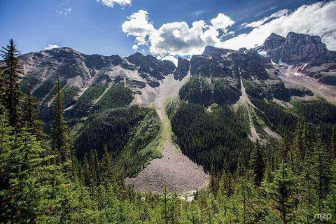 Plain of Six Glacier hiking trail is a treat for nature lovers where you get to witness why Lake Louise is considered as one among the ultimate beauties of Canada's natural bounty